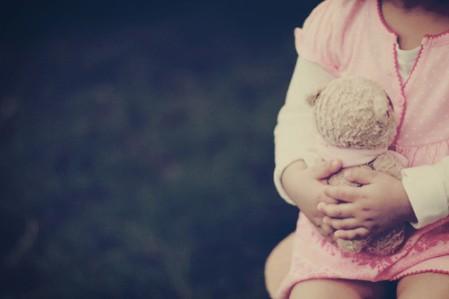 baby,girl,holding,pink,teddybear-d09b5e53ff84ec3ac460debf9b578c84_h